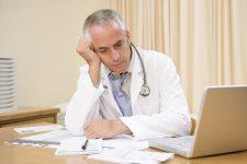 Làm nghề y có nhiều nỗi khổ