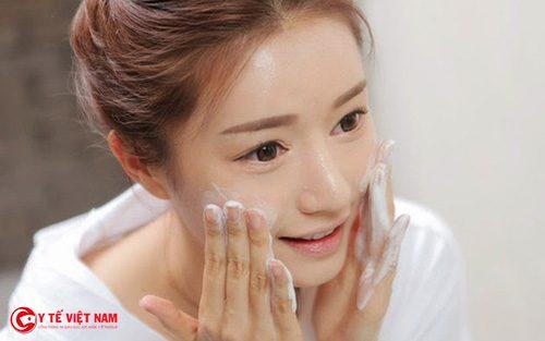 Làm sạch da mặt giúp bạn gái thu nhỏ lỗ chân lông to