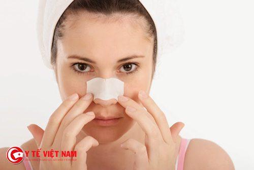 Làm sạch da mặt trước khi trị mụn đầu đen