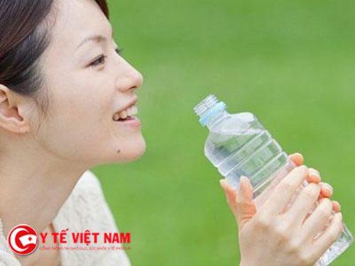 Thiếu nước khiến cơ thể khó giảm cân hơn