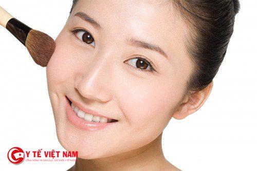 Thoa son môi má hồng sẽ giúp bạn gái có vẻ đẹp tự nhiên
