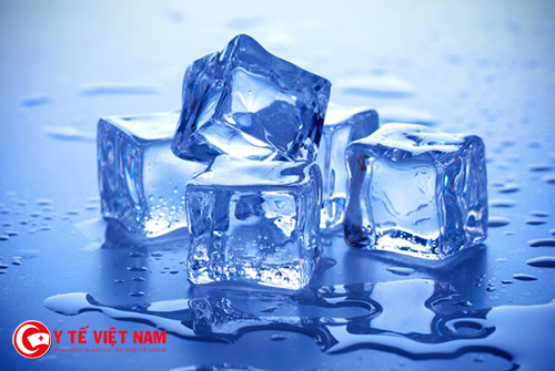 Sử dụng đá lạnh giúp giảm quầng thâm mắt hiệu quả