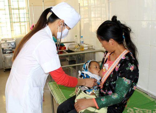Đưa trẻ đến các trung tâm y tế để chữa trị bệnh kịp thời