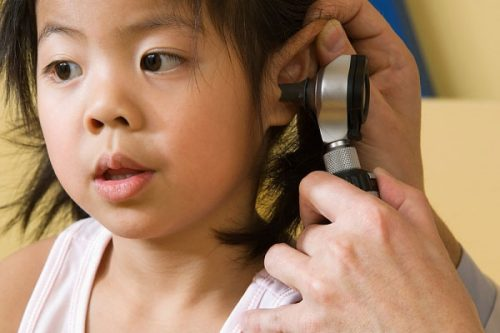 Khi trẻ bị viêm tai giữa thường có những biểu hiện như sốt cao 39-40 độ C