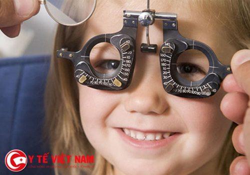 Chuyên gia khẳng định trẻ sẽ bị lác mắt nếu lạm dụng điện thoại thông minh