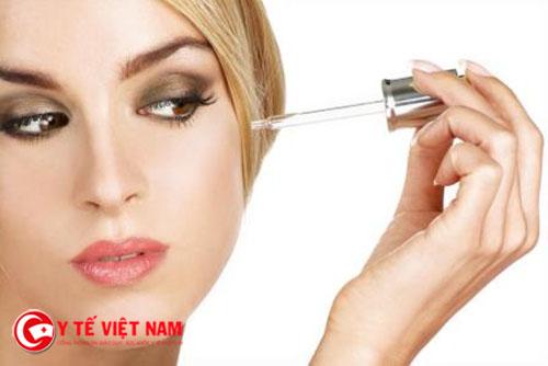 Sử dụng serum chăm sóc da mịn màng