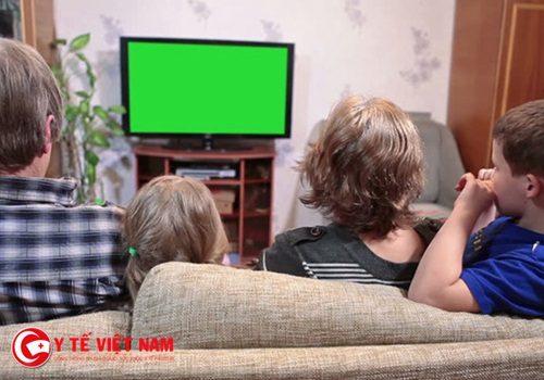 Cảnh báo: Ngồi xem tivi quá lâu có thể khiến máu vón cục nguy hiểm
