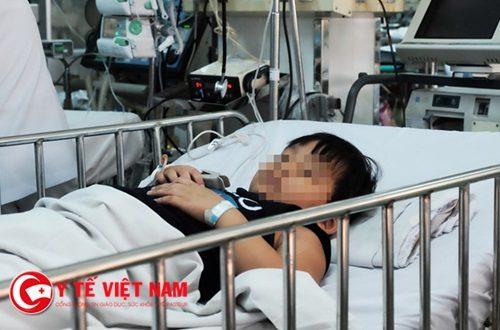 Kinh hoàng: Bé trai 6 tuổi thủng phế quản vì nuốt đèn led