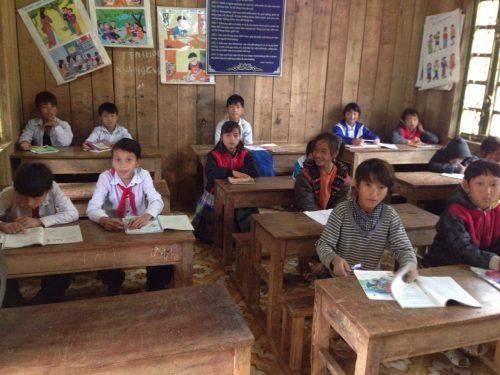 Các em đến trường với manh áo cộc, mặt lấm len không sách vở nhưng nụ cười long lanh.