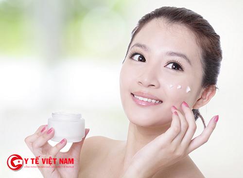 Sử dụng kem dưỡng và nước hoa hồng sau khi làm sạch da mặt
