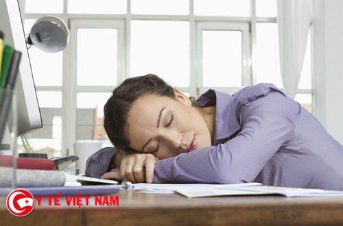 Dân văn phòng ngủ gục đầu trên bàn làm việc cực kỳ nguy hiểm?