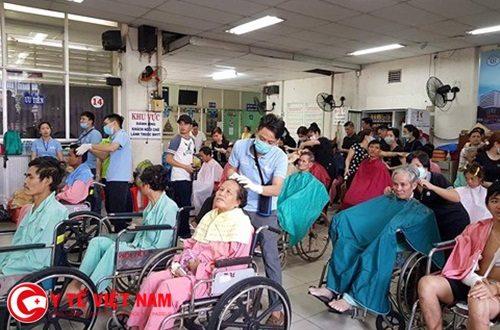 Gần 100 người bệnh được cắt tóc, gội đầu, ăn trưa miễn phí