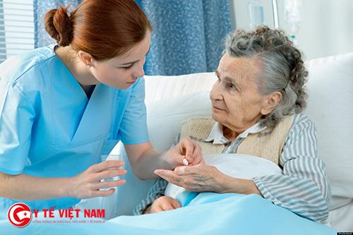 Mẹ tôi làm nghề điều dưỡng ngày đêm trực chiến ở bệnh viện