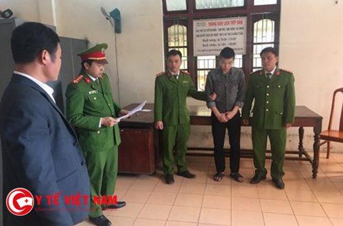 Cơ quan CSĐT Công an huyện Bố Trạch đọc lệnh bắt tạm giam đối vớ đối tượng Lưu Quang Kiệt. (ảnh CAQB)