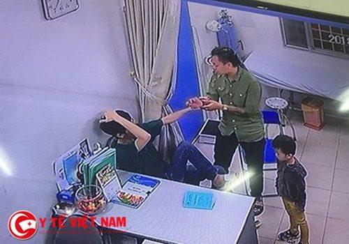 Hình ảnh cắt từ video do camera an ninh của bệnh viện ghi lại.