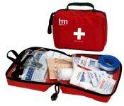 Thuốc và hộp dụng cụ y tế là hai thứ bạn nhất định phải mang theo bên mình