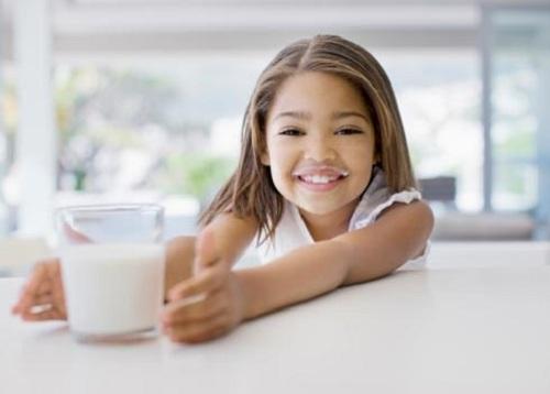 Sữa là nguồn bổ sung canxi tốt cho trẻ
