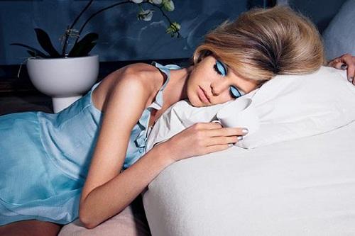 Không tẩy trang trước khi đi ngủ dễ khiến da bị mụn