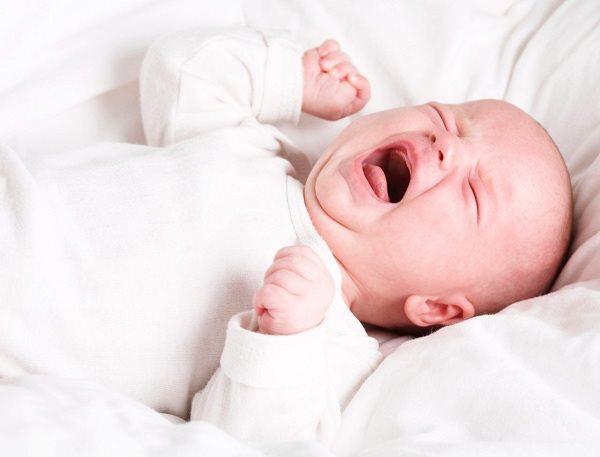 Trẻ bị lồng ruột thường khóc thét, nôn trớ