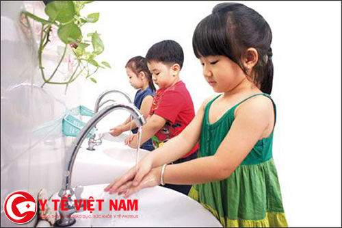 Cho trẻ rửa tay sạch bằng xà phòng