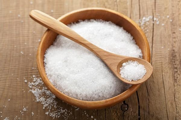 Chị em không nên ăn quá nhiều muối khi đang bị mụn