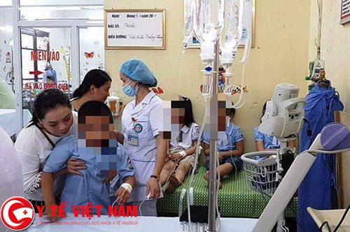 Hơn 300 học sinh Ninh Bình nhập viện vì ngộ độc thực phẩm