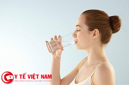 Uống đủ nước nhằm tăng độ ẩm cho da