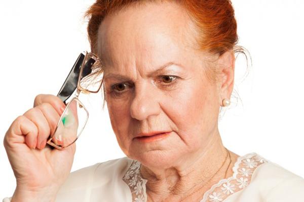 Bệnh nhân mắc Alzheimer thường hay quên và gặp vấn đề ngôn ngữ và thị giác
