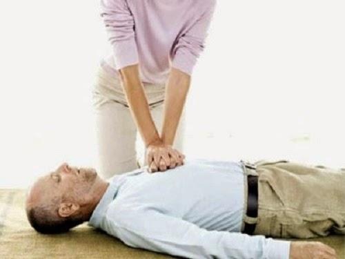 Bác sĩ hướng dẫn các bước sơ cứu người đột quỵ
