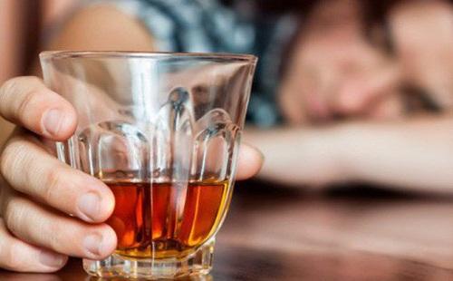 Dấu hiệu và cách xử trí khi bị ngộ độc rượu như thế nào?