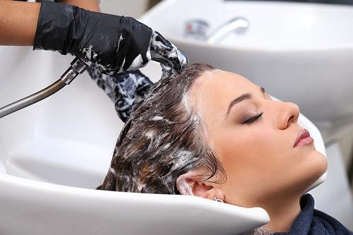Vệ sinh da đầu sạch sẽ để phòng ngừa nấm da đầu