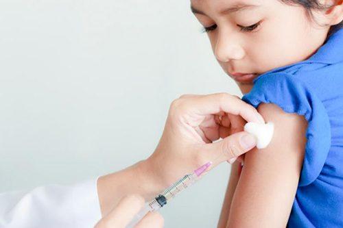 Khai thác tiền sử sinh đẻ, tiền sử dị ứng, bệnh tật/sử dụng thuốc của trẻ.