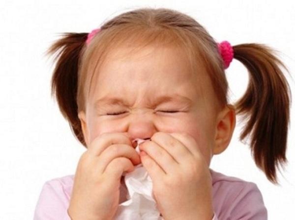 Điều dưỡng viên hướng dẫn chăm sóc trẻ bị nhiễm khuẩn đường hô hấp
