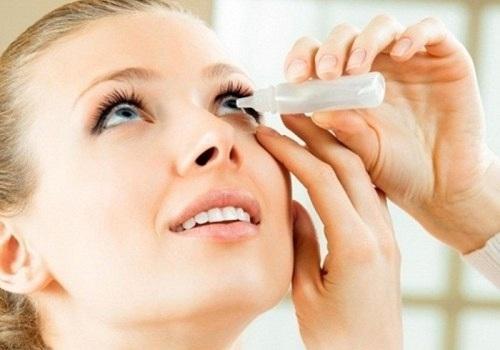 Khi bị viêm kết mạc có thể dùng thuốc nhỏ mắt hoặc nước mắt nhân tạo