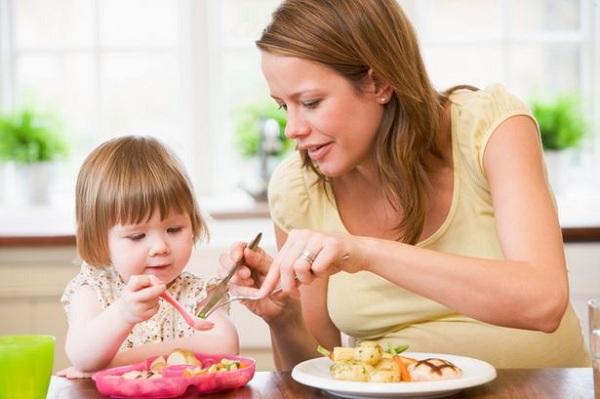 Cho trẻ ăn đúng cách để nhanh hồi phục