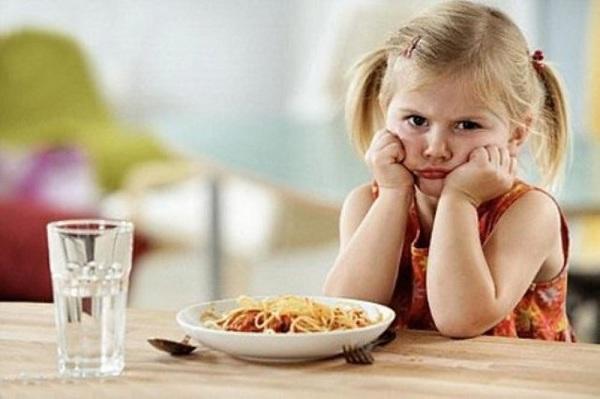 Điều dưỡng viên hướng dẫn cách chăm sóc cho trẻ mới ốm dậy