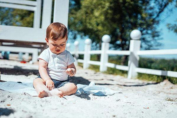 Trẻ hoạt động ngoài trời quá lâu làm tăng nguy cơ bị say nắng