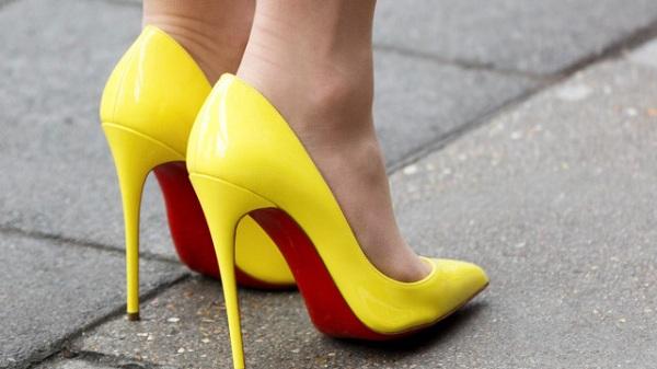 Thường xuyên mang giày cao gót gây hại cho cột sống