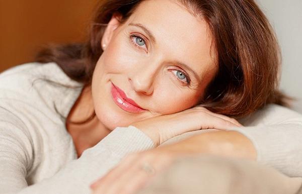 Estrogen trong cơ thể phụ nữ giảm nhanh, từ đó dẫn đến sự mất cân bằng nội tiết tố