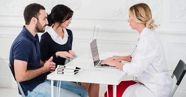 Để khám sức khỏe sinh sản cho nữ giới thì việc sàng lọc để tìm ra các bệnh lý di truyền