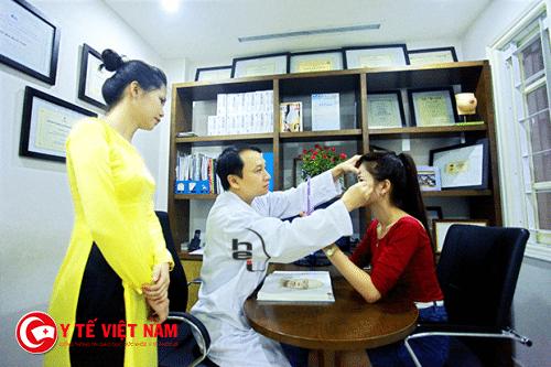 Tiến sĩ, Bác sĩ Mai Mạnh Tuấn tham khám trước khi phẫu thuật