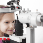 Cho bé soi mắt và khám sức khỏe định kỳ