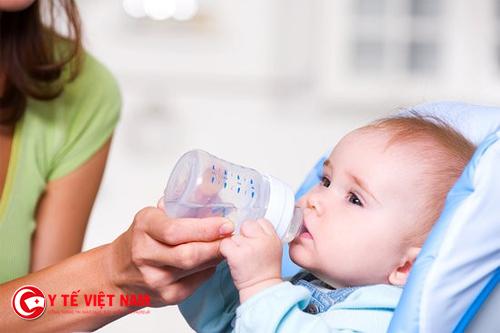 Cha mẹ nên bổ sung nước và chất dinh dưỡng cho trẻ bị tay chân miệng