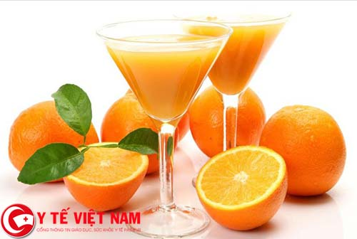 Sốt xuất huyết nên uống nước ép cam