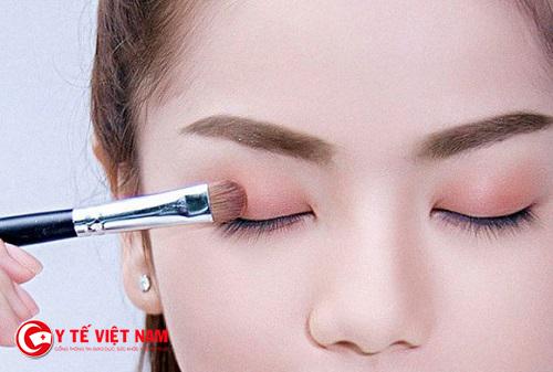 Đánh mí mắt màu nude sẽ giúp hàng mi của bạn nổi bật một cách tự nhiên
