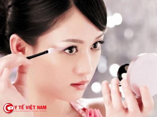 Học cách trang điểm giúp bạn gái có vẻ đẹp tươi tắn hơn