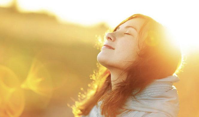 Tiếp xúc với ánh nắng mặt trời vào buổi sáng sớm giúp bạn tổng hợp vitamin D tốt hơn