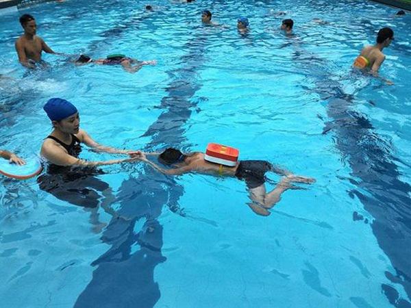 Cha mẹ nên dạy cho trẻ tập bơi để phòng tránh đuối nước