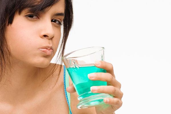 Dược sĩ tư vấn cách sử dụng dung dịch nước súc miệng