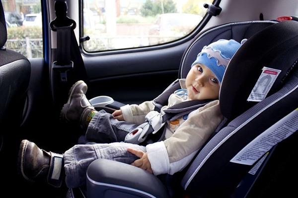 Làm thế nào để tránh trẻ bị ngạt khí khi ở trong xe ô tô?